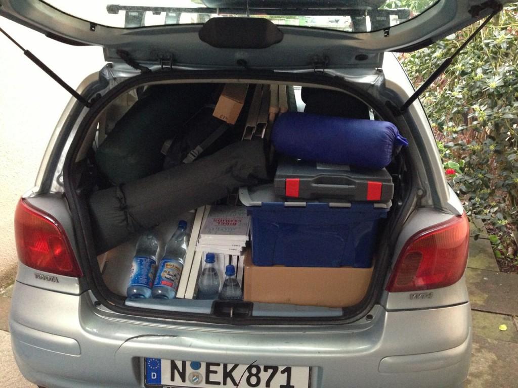 """Unser """"Transporter"""": 2 Jugendlicher, ein Erwachsener und alle Standmaterialien in einem Toyota Yaris. Das ist rekordverdächtig."""